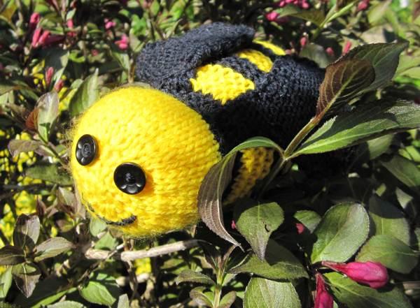 Yarn Bombing Knitted Bee Tutorial Angel Eden Blog