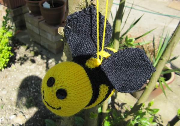 Yarn Bee Knitting Patterns : Yarn Bombing Knitted Bee Tutorial! Angel Eden Blog